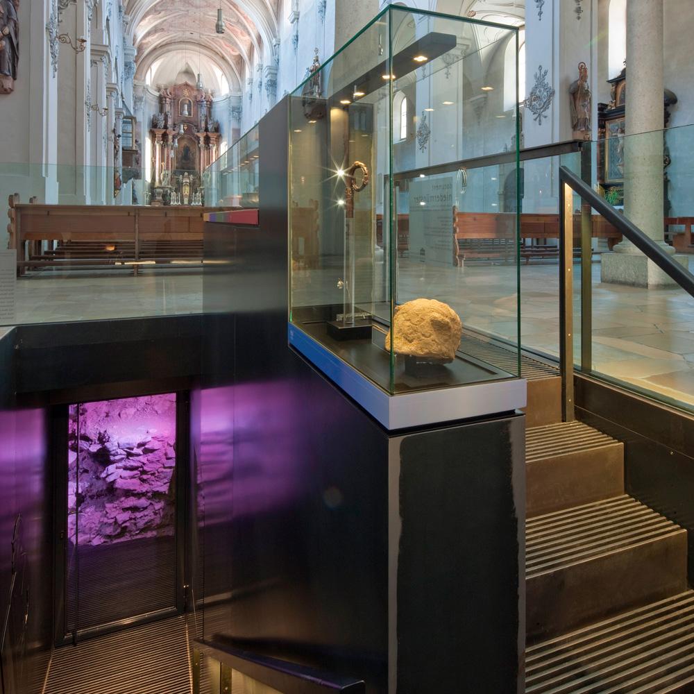 Treppenabgang in der Niedermünsterkirche in das document niedermünster. © Uwe Moosburger