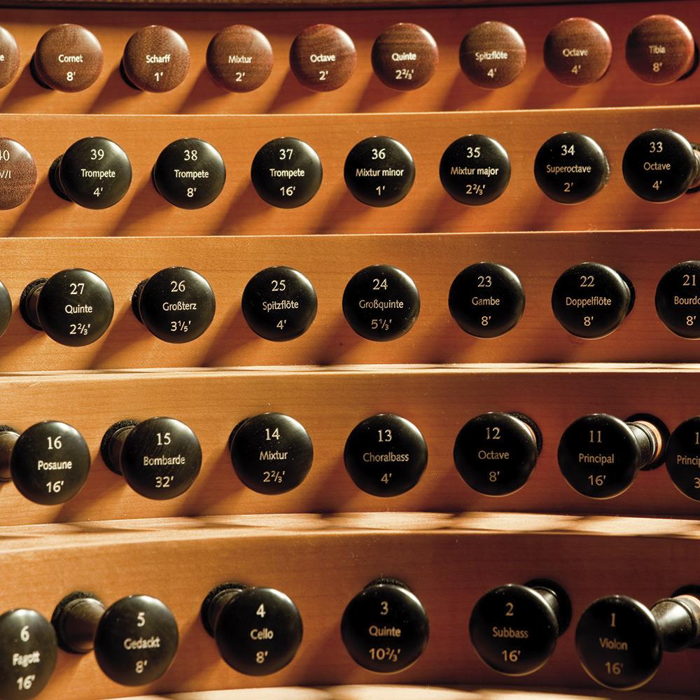 Registerzüge am Generalspieltisch der Regensburger Domorgel © Michael Vogl