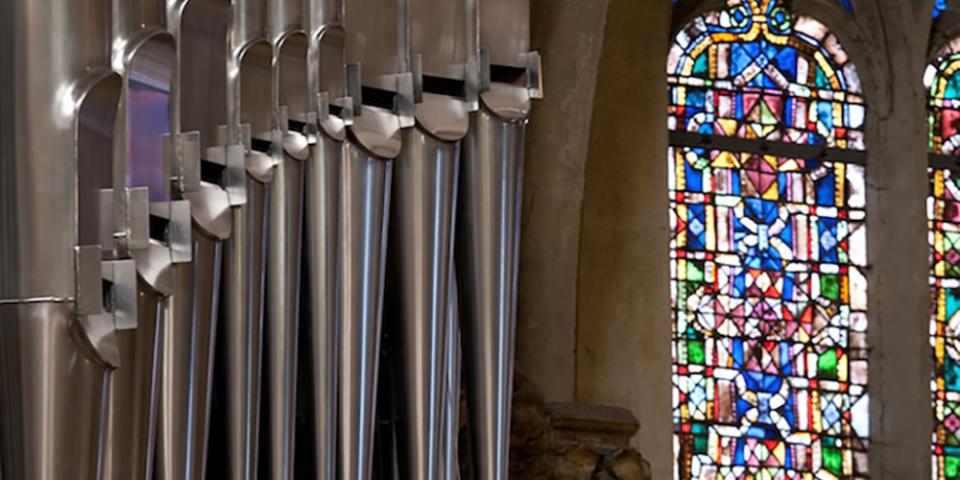 Pfeifen der Regensburger Domorgel vor einem Oberberger-Glasfenster © Michael Vogl