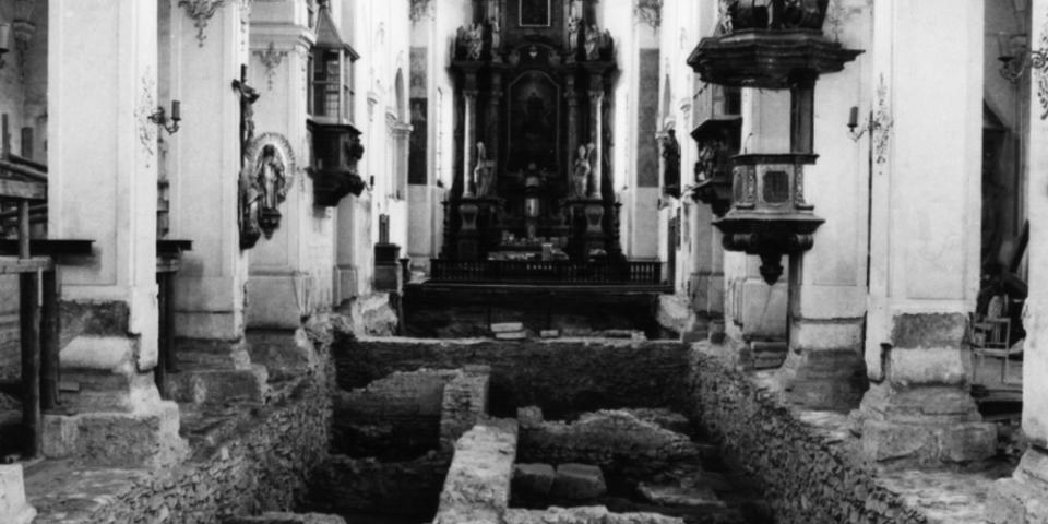 Blick durch das Mittelschiff der Niedermünsterkirche während der Grabungen 1968. © Klaus Schwarz (BLfD München)