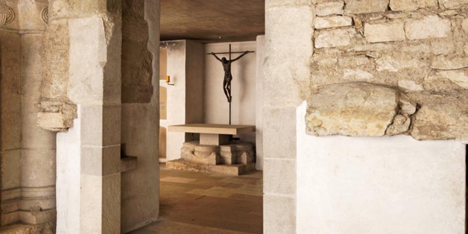 Blick in die Grablege der Regensburger Bischöfe mit Resten des romanischen Doms. © Florian Monheim